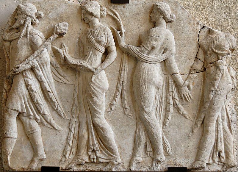 Dioniso conduce la danza delle Horai (Stagioni). Bassorilievo, marmo, copia romana del I sec. d.C. da originale ellenistico neo-attico. Paris, Musée du Louvre