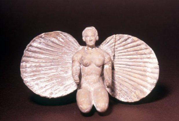 L'epifania di Afrodite: la nascita della dea da una conchiglia bivalve. Statuetta, terracotta, II sec. a.C., da Ruvo di Puglia. London, British Museum.