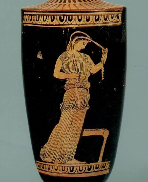 Pittore anonimo. Una ragazza in atto di acconciarsi i capelli. Lekythos attica a figure rosse, 425-400 a.C. ca. Collezione archeologica del Banco di Sicilia