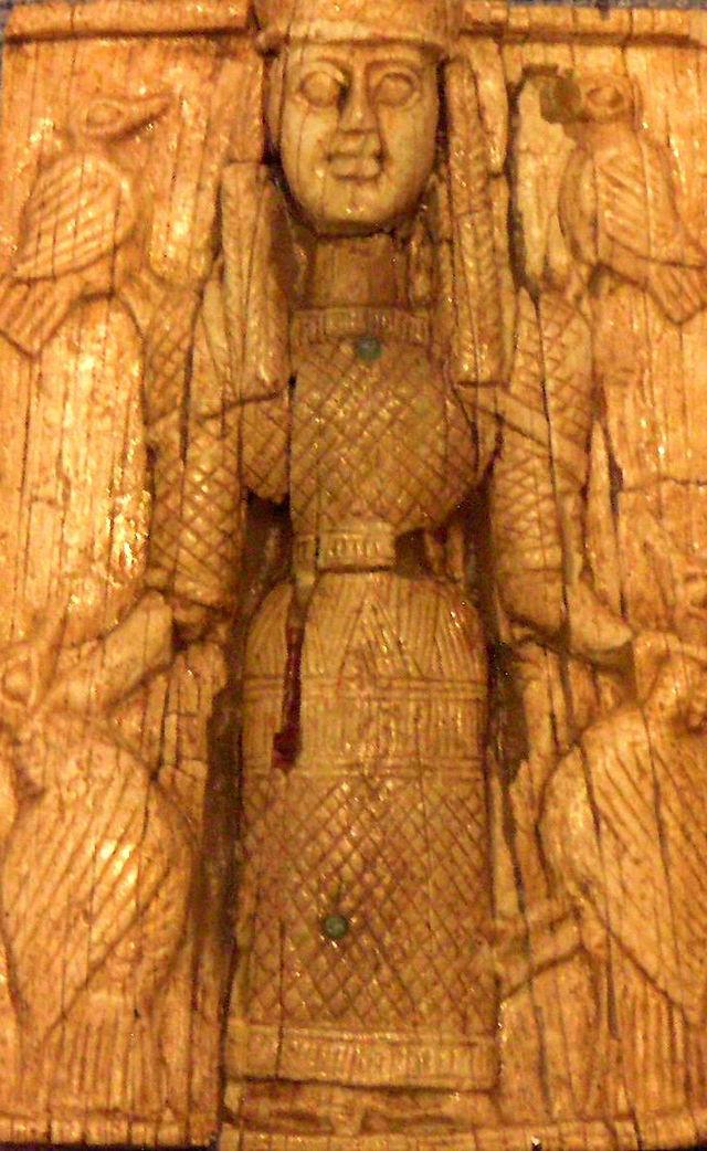 Artemide Orthia come Πότνια Θηρῶν, raffigurata tra gli uccelli. Placchetta, avorio, c. 660 a.C. da Sparta. Atene, Museo Archeologico Nazionale