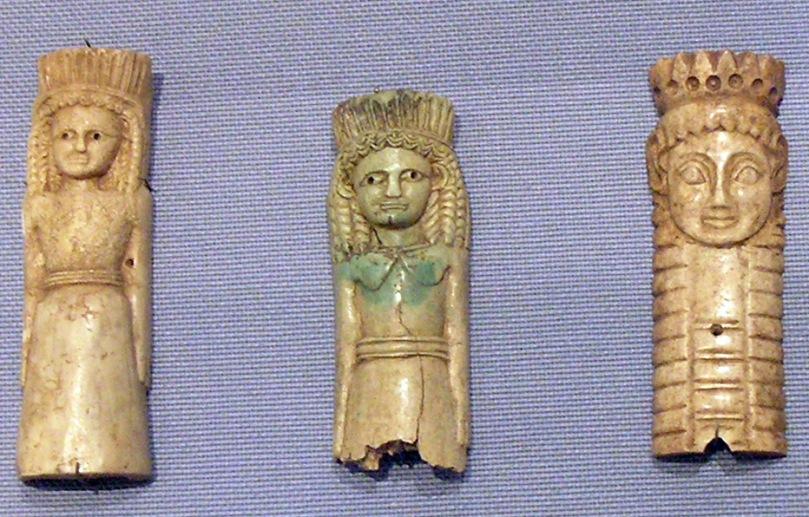 Ex-voto raffiguranti divinità femminili con sembianze ferine. Placchette, avorio, VII sec. a.C., dal corredo del Santuario di Artemide Orthia di Sparta. Atene, Museo Archeologico Nazionale