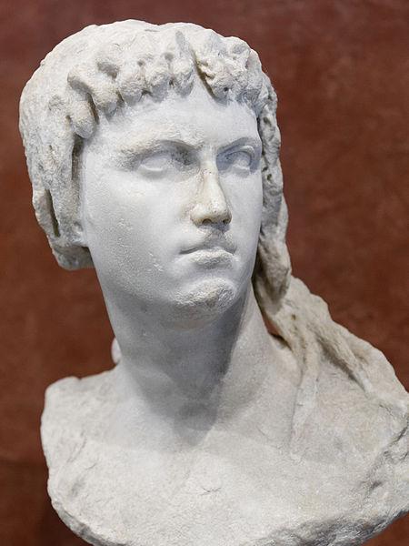 Cleopatra II in veste di Iside. Busto, marmo, II secolo a.C. Musée du Louvre