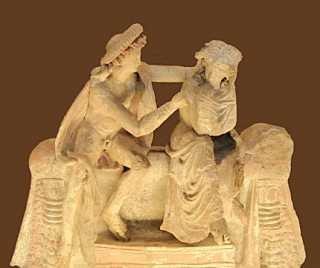 Coppia di amanti a conversazione. Statuetta, terracotta, 150 a.C. ca. Paris, Musée du Louvre.
