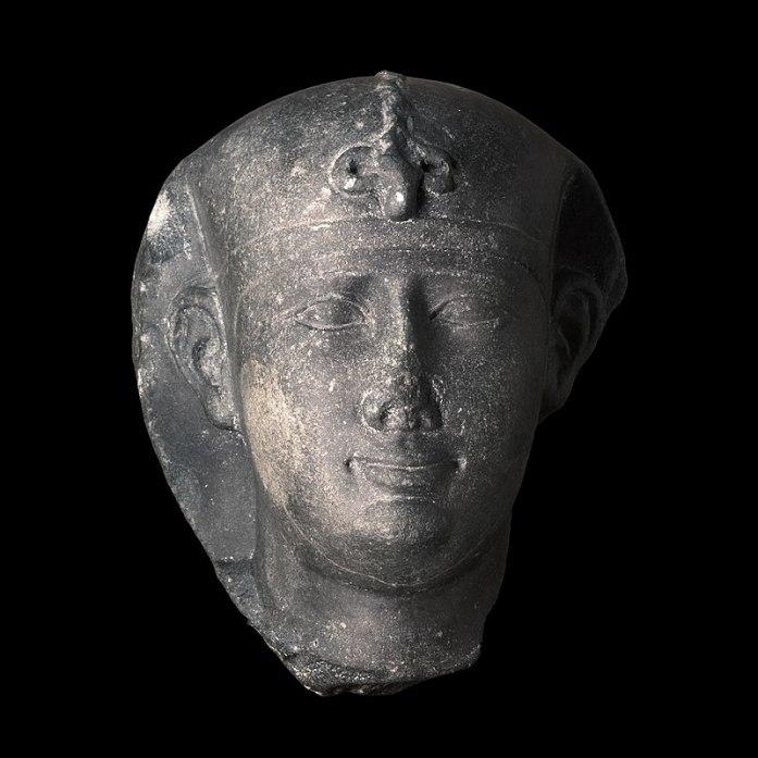 Nectanebo II. Testa, grovacca, Periodo tardo, XXX dinastia (380-332 a.C.). Lyon, Musée des beaux-arts