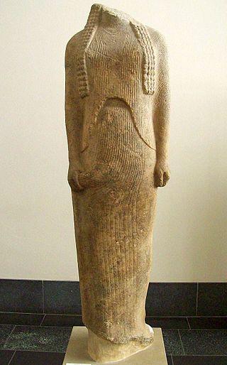 Statua di marmo detta Ornithe, forse parte di un gruppo scultoreo, posto nell'antico Heraion di Samo (560-550 a.C. ca.), attribuita a Geneleo. Berlin, Pergamon Museum.