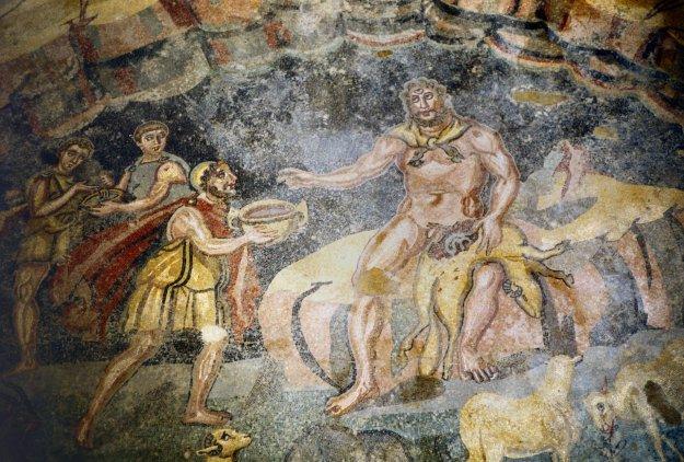 Ulisse, assistito da due compagni, porge a Polifemo la coppa del vino di Ismaro. Mosaico, metà IV sec. d.C. dal vestibolo dell'appartamento settentrionale 15. Piazza Armerina, Villa del Casale.jpg