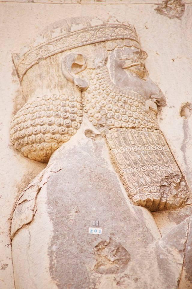 Dignitario di corte (dettaglio). Iscrizione parietale, che celebra le conquiste di Dario I 'Il Grande', dal Monte Behistun (Provincia di Kermanshah, Iran).