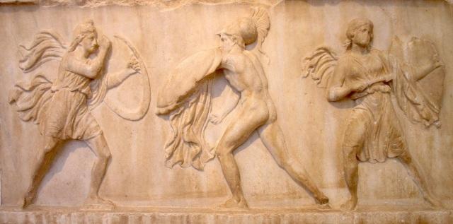 Scuola di Bryaxis o di Timoteo, Amazzonomachia. Bassorilievo, marmo pentelico, metà IV sec. a.C. ca. da un fregio funerario. Atene, Museo Archeologico Nazionale.
