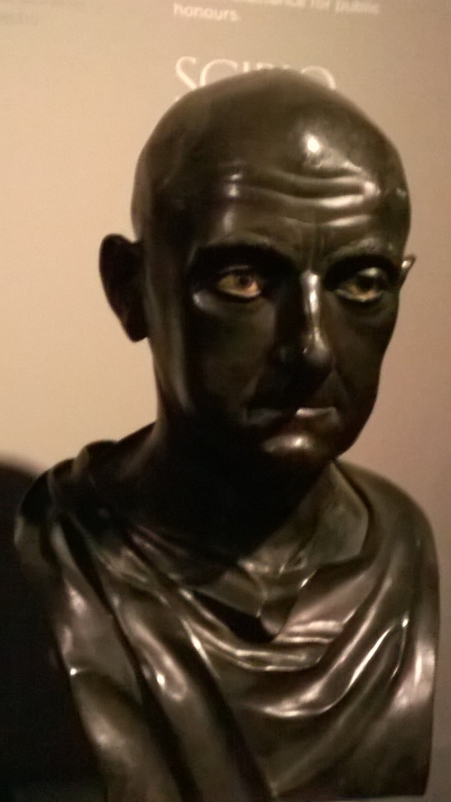 """Il cosiddetto """"busto di Scipione"""". Con ogni probabilità, è il ritratto di un sacerdote del culto isiaco, dalla Villa dei Papirii di Ercolano. Napoli, Museo Archeologico Nazionale."""