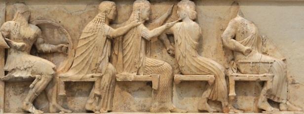 Assemblea degli dèi. Bassorilievo, marmo, 530-525 a.C. ca., dal Tesoro dei Sifni, Santuario di Apollo Delfico. Delfi, Museo Archeologico Nazionale.