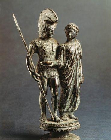 Giovane donna che offre libagioni a un guerriero. Statua, bronzo, IV-III sec. a.C. Marzabotto, Museo Nazionale Etrusco