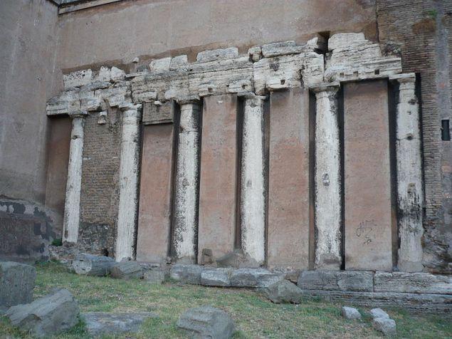 Resti del colonnato del Tempio di Spes, incastonati nella parete esterna della Basilica di San Nicola in Carcere, Roma.