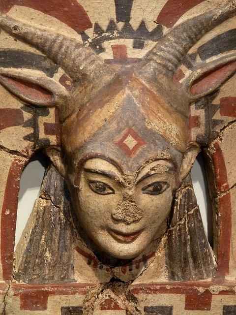 Antefissa in terracotta policroma. Testa di Juno Sospita. 500 a.C. ca. Altes Museum di Berlino.