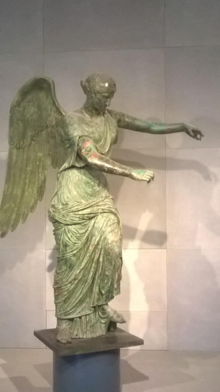 Vittoria Alata. Statua, bronzo, I sec. d.C. da un'intercapedine del Capitolium. Brescia, Museo di S. Giulia
