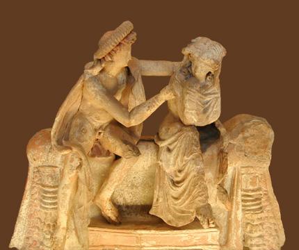 Nicostrato. Scena di anakalypsis, fra due giovani sposi sul letto nuziale. Terracotta, 150-100 a.C. Dalla necropoli di Myrina (Turchia). Paris, Musée du Louvre.