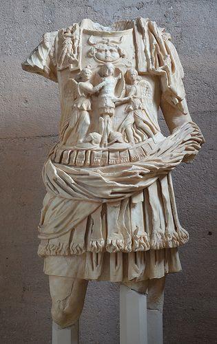 Statua di personaggio loricato. Marmo pario, II sec. d.C. dalla Basilica Iulia. Corinto, Museo Archeologico Nazionale