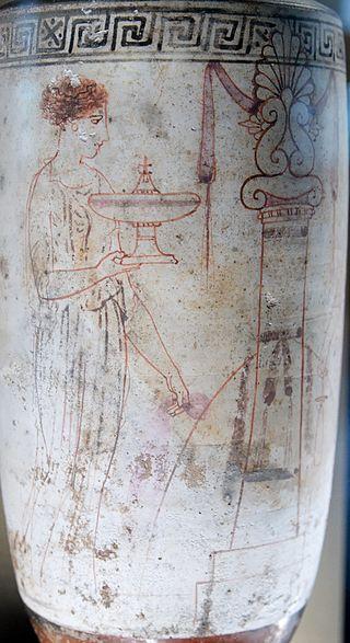 Una donna alla tomba. Lḗkythos attica a sfondo bianco (opera attribuita al Pittore di Achille), 440-430 a.C. ca., dal Pireo. Musée du Louvre.
