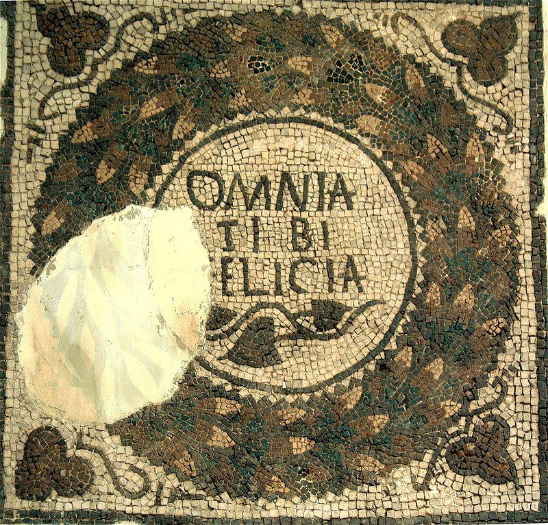 Medaglione con la scritta «omnia tibi [f]elicia». Mosaico, IV sec. d.C. ca., da Thugga (Dougga). Tunisi, Musée National du Bardo.