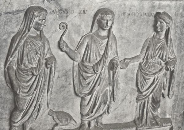 altare votivo dedicato ai lares augusti, con l_immagine centrale di augusto. rilievo, marmo, i sec. d.c. firenze, galleria degli uffizi.