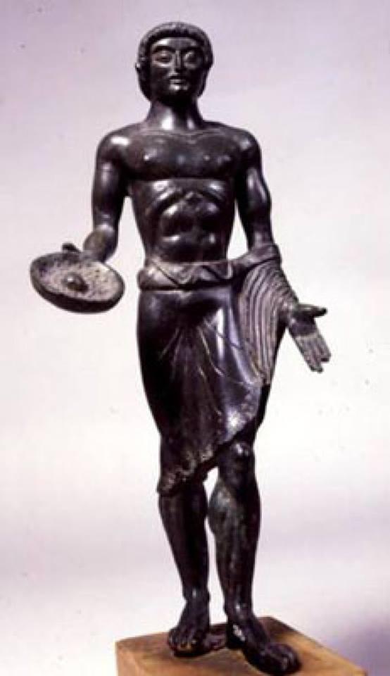 Orante con offerte. Bronzetto etrusco, 480 a.C., dalla stipe votiva di Monte Acuto. Museo Civico Archeologico di Bologna.