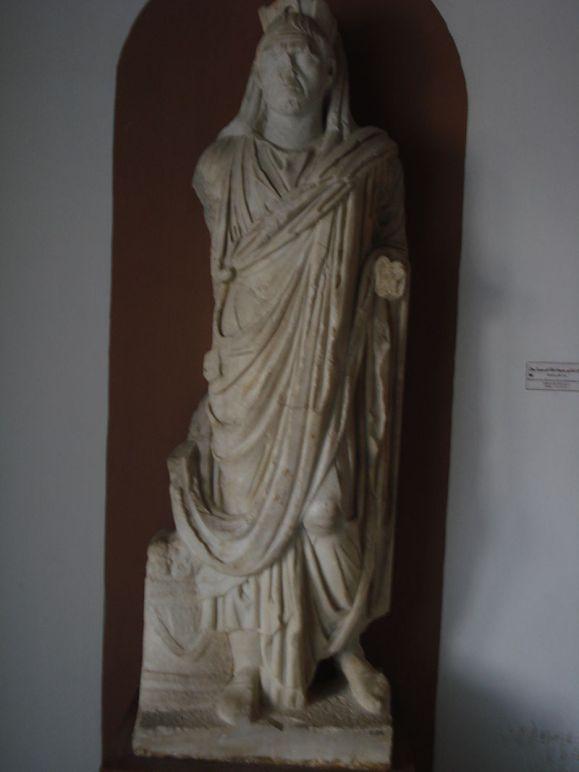 Sacerdote di Saturno. Statua, III sec. d.C. ca., da Thugga (Dougga). Tunis, Musée National du Bardo.
