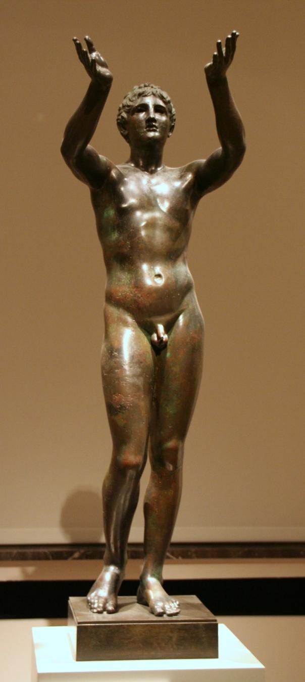 Statua di un giovane orante, realizzata da maestranza rodia. Bronzo, 300 a.C. ca. Altes Museum.jpg