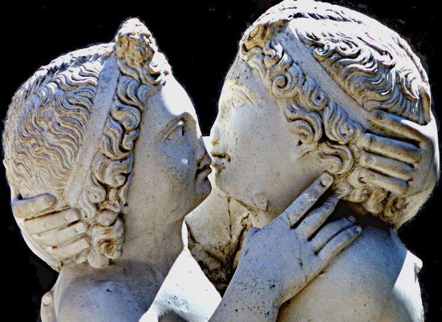 Amore e Psiche. Statua, marmo, IV sec. d.C., dalla Domus di Amore e Psiche (Ostia).