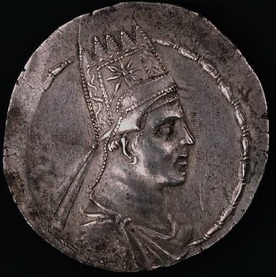 Artavaside II di Armenia. Artaxata, 56-34 a.C. Dracma, Ar. 3.94 gr. Recto: Busto drappeggiato del re, con la corona armena a cinque punte e decorata con una stella.