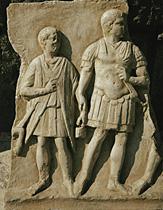 Ufficiali romani in uniforme (centurio e optio). Frammento di bassorilievo, marmo, I sec. a.C. ca.