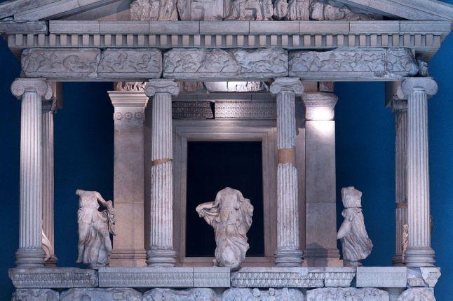 Monumento delle Nereidi. Facciata con colonnato e statue, marmo policromo, 380 a.C. ca. dalla Tomba monumentale di Erbinna (Xanthos, Licia). London, British Museum.