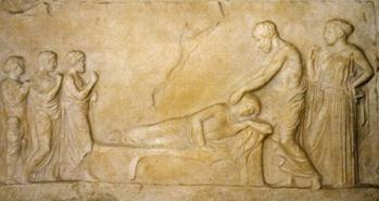 Bassorilievo votivo dedicato ad Asclepio. Il dio, assistito da Igea, compie una guarigione taumaturgica. Marmo, inizi IV secolo a.C. dal Pireo.