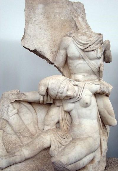 Nerone, raffigurato come eroe vittorioso,sconfigge la personificazione dell'Armenia. Rilievo, marmo, I sec. d.C. dal Sebasteion di Aphrodisias. Aphrodisias Archaeological Museum.