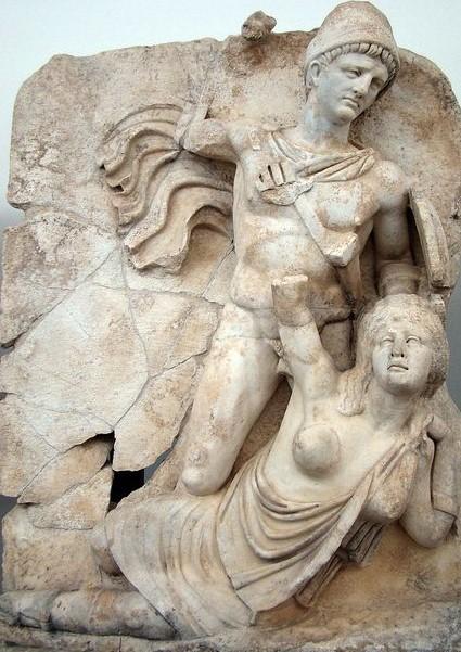 L'imperatore Claudio, raffigurato in nudità eroica, abbatte la personificazione della Britannia. Bassorilievo, marmo, I sec.d.C. dal Sebasteion di Aphrodisias. Aphrodisias, Archaeological Museum.
