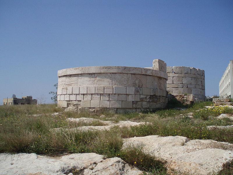 Eezionia (Pireo). Rovine delle fortificazioni dei Quattrocento.