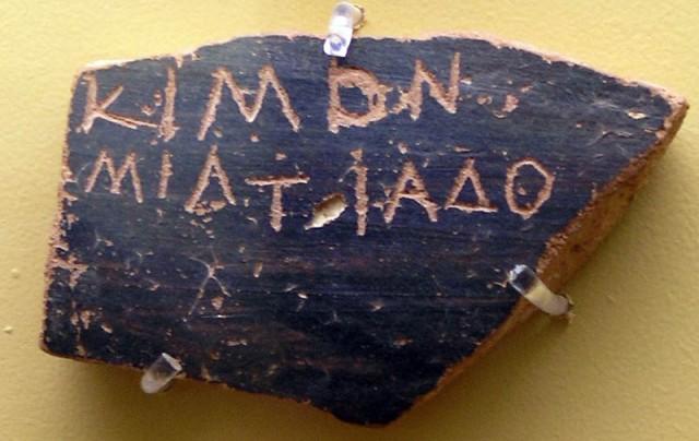 ostrakon risalente alla votazione relativa al caso di cimone. 486-461 a.c. ca. atene, stoà di attalo (museo dell_antica agorà).