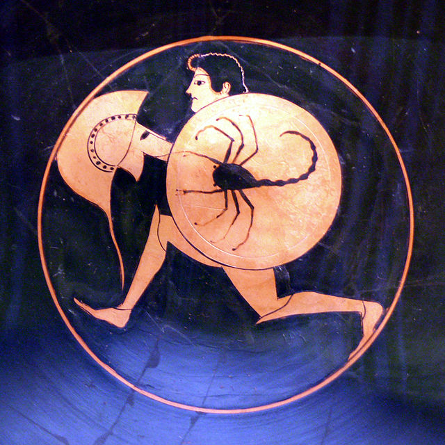 Pittore Nicostene. Oplita di corsa. Pittura vascolare dal tondo di una kylix attica a figure rosse, 495 a.C. ca. Walters Art Museum