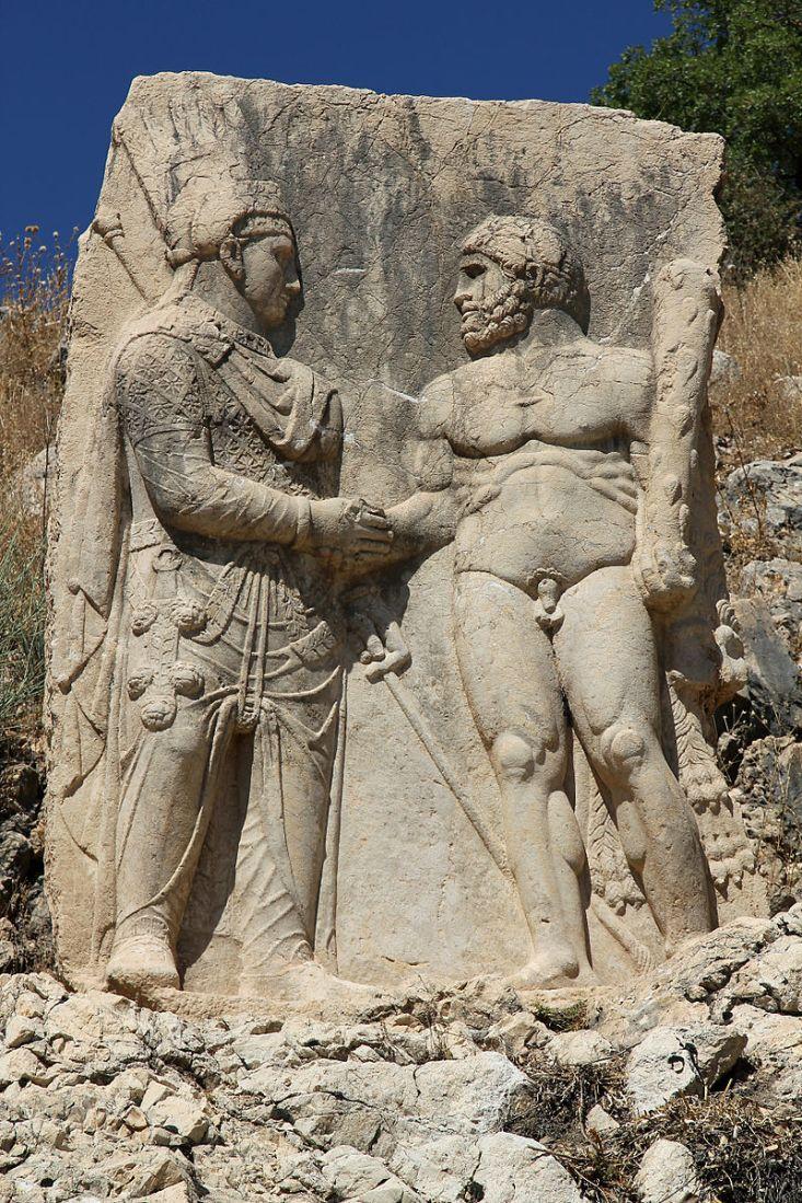 Antioco I di Commagene stringe la mano ad Eracle. Bassorilievo, calcare, 64-38 a.C. da Arsameia del Ninfeo